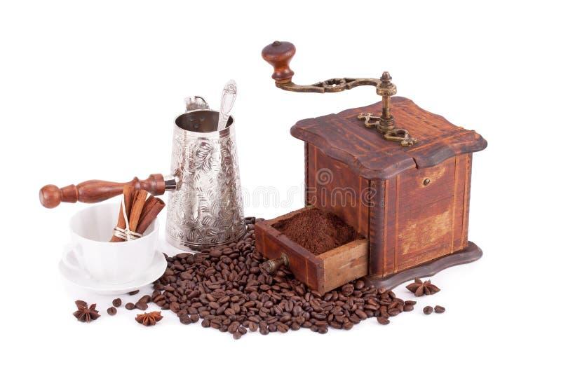 Oude van de koffiemolenmaker en koffie bonen stock afbeeldingen