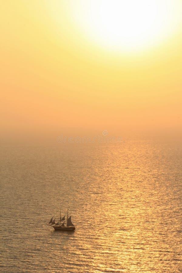 Oude varende boot bij zonsondergang stock afbeeldingen