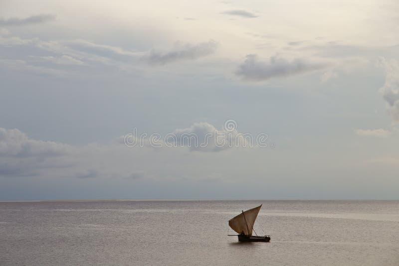 Oude varende boot in de oceaan bij zonsondergang royalty-vrije stock fotografie