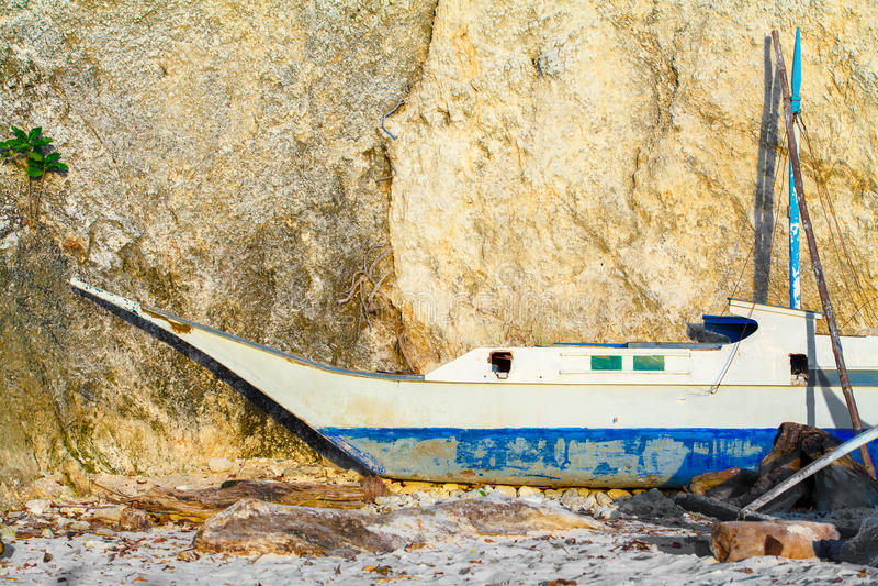 Oude varende boot op reparatie dichtbij tropische rotsen Filippijnen royalty-vrije stock fotografie