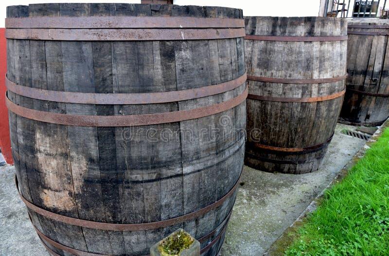 Oude vaten cider in de straat royalty-vrije stock fotografie