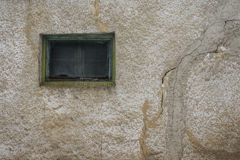 Oude vensterbarsten op de muur stock fotografie