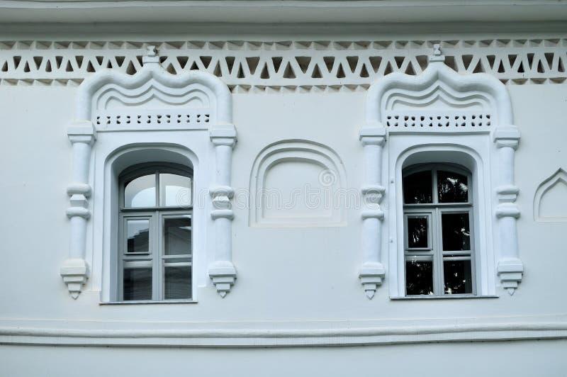 Oude vensters in de bouw van klokketoren in Veliky Novgorod het Kremlin, Rusland royalty-vrije stock afbeelding