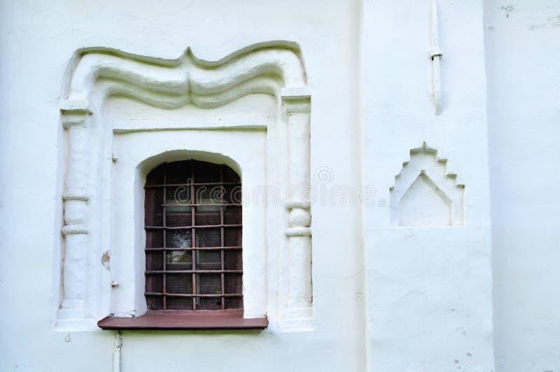 Oude vensters in de bouw van Theodor Stratilates-kerk in Veliky Novgorod, Rusland royalty-vrije stock foto