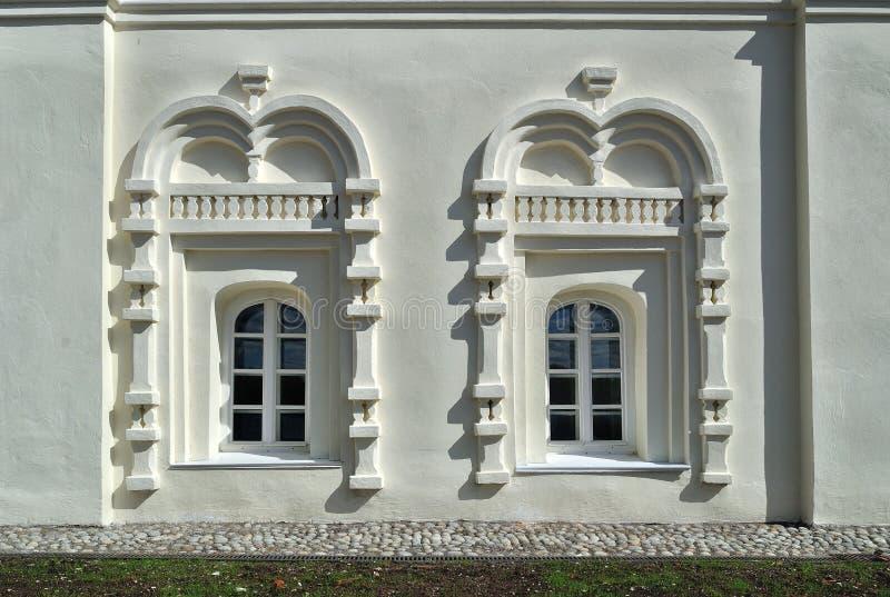 Oude vensters in de gebouwen van het klooster van Heilige Anthony in Veliky Novgorod, Rusland stock afbeelding