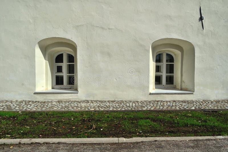 Oude vensters in de gebouwen van het klooster van Heilige Anthony in Veliky Novgorod, Rusland royalty-vrije stock afbeeldingen