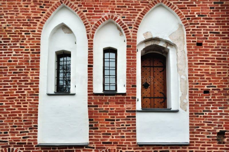 Oude vensters en deur op een rode bakstenen muur royalty-vrije stock foto's