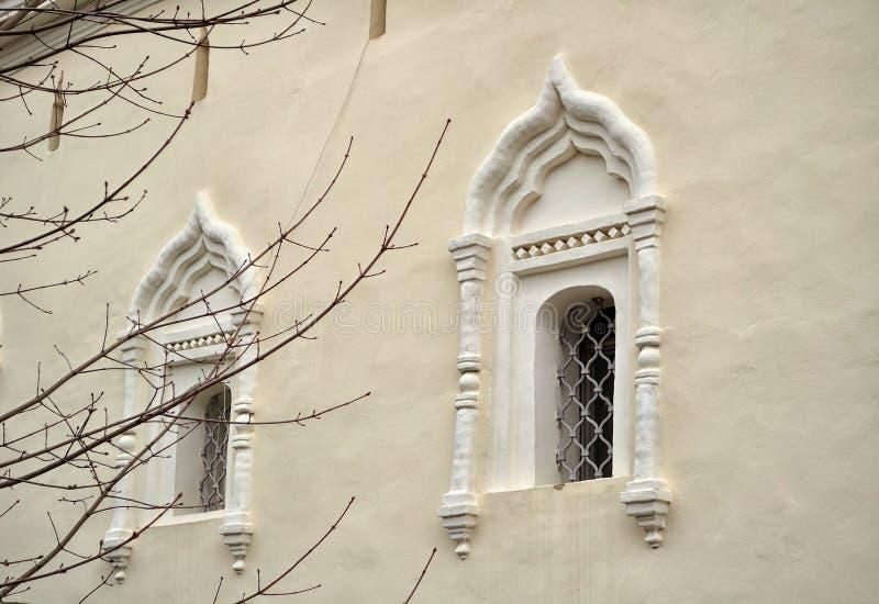 Oude vensters in het StNikita-gebouw in Veliky Novgorod, Rusland royalty-vrije stock foto's