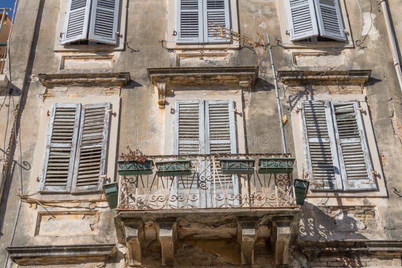 Oude vensters met houten jaloezie en bloemen stock fotografie
