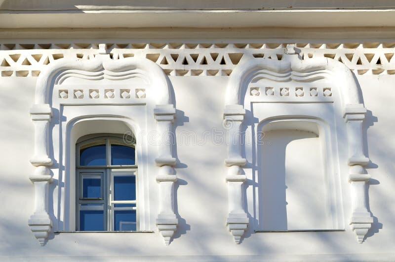 Oude vensters van traditionele Slavische stijl in klokketoren van de kathedraal van Heilige Sophia ` s in Veliky Novgorod, Ruslan royalty-vrije stock afbeeldingen