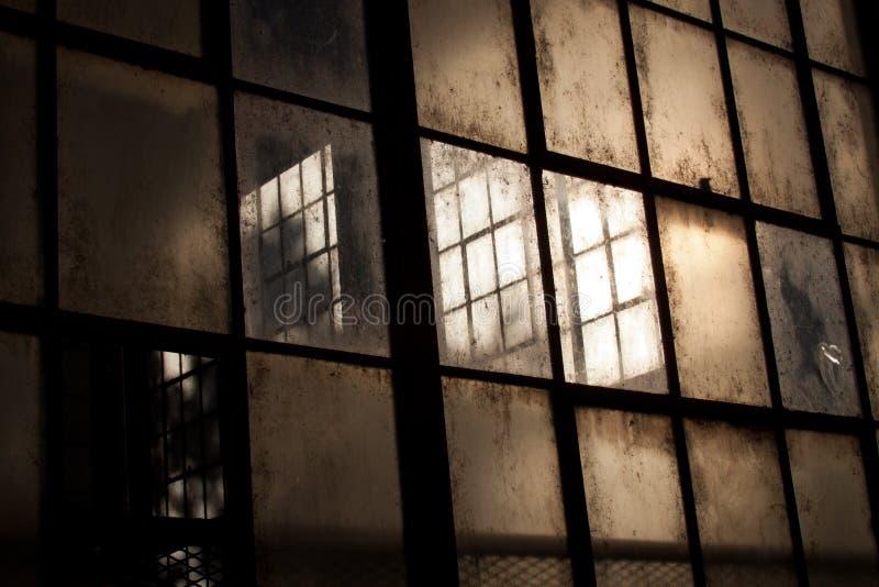 Oude vensters in verlaten pakhuis royalty-vrije stock foto's