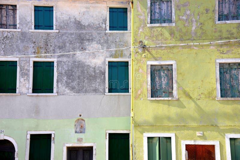 Oude venstersinzameling in Burano-eiland stock fotografie