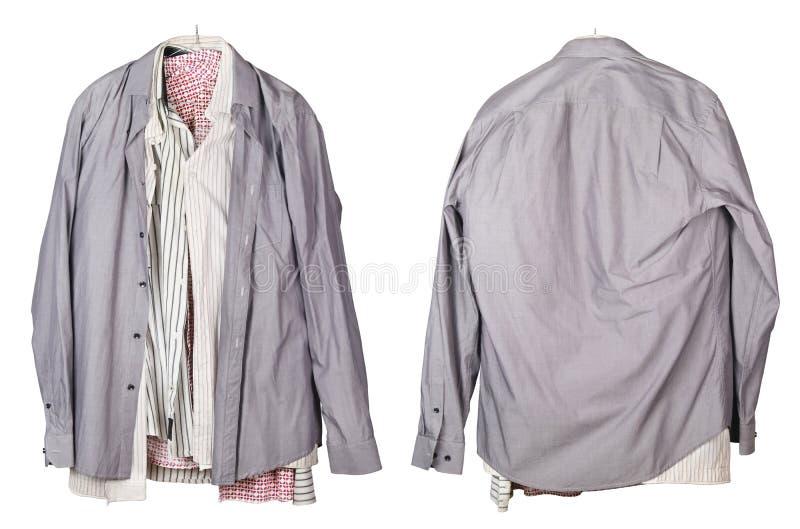 Oude verfrommelde mensen` s overhemden die op een geïsoleerde hanger hangen royalty-vrije stock afbeelding