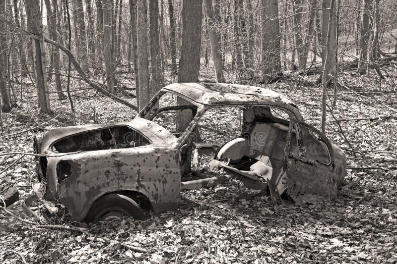 Oude verlaten auto in het bos royalty-vrije stock foto