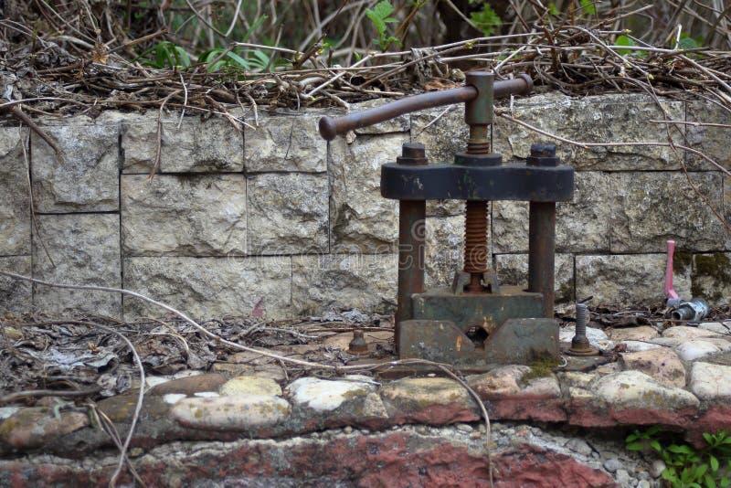 Oude verlaten bankschroefgreep stock foto