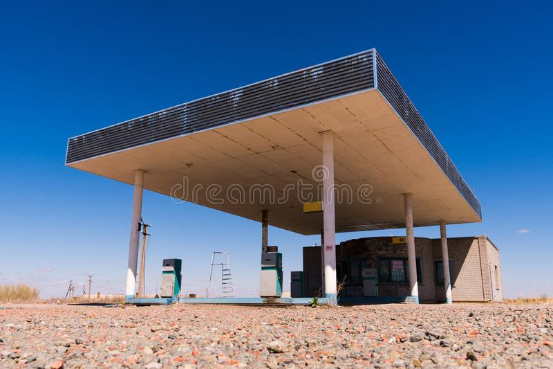 Oude verlaten de brandstofpost van het kant van de wegwegrestaurant dichtbij de kleine stad van Texas van Siërra Blanca stock foto's