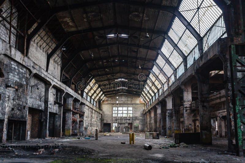 Oude verlaten fabriekszaal, industriële achtergrond stock foto's