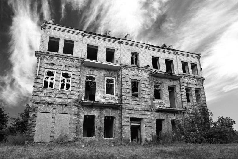 Oude verlaten geruïneerde huisbuitenkant royalty-vrije stock foto's