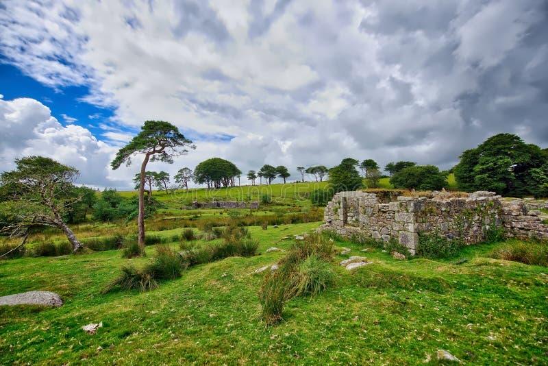 Oude Verlaten Graite Tin Mine bovenop Dartmoor in Engeland stock afbeelding