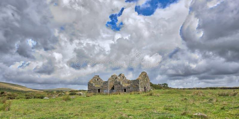 Oude Verlaten Graite Tin Mine bovenop Dartmoor in Engeland stock foto's