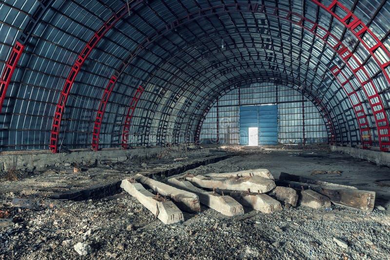 Oude verlaten hangaar stock foto