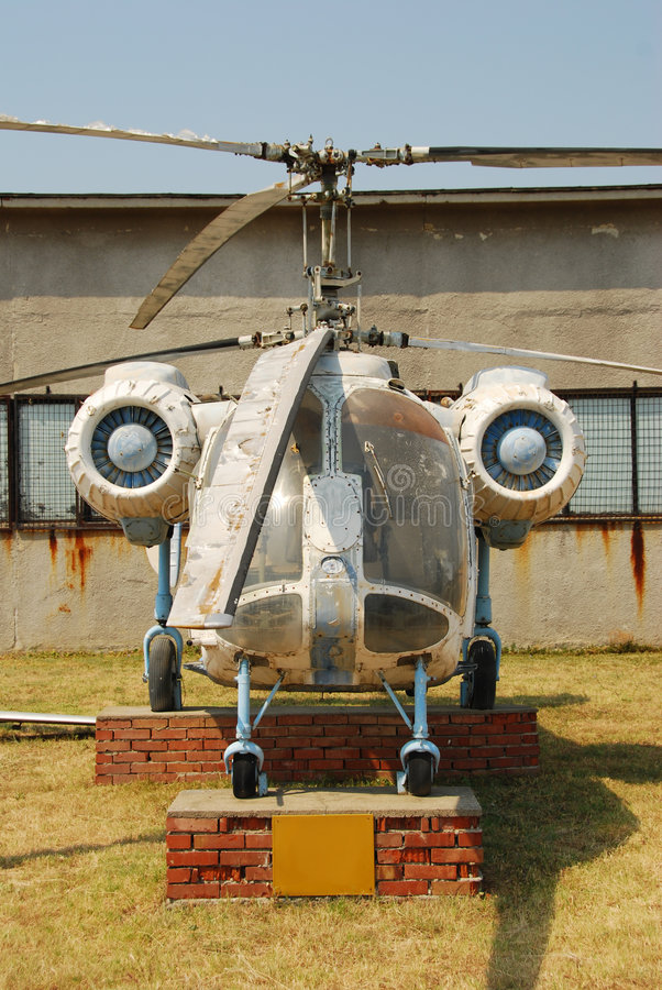 Oude verlaten helikopter stock fotografie
