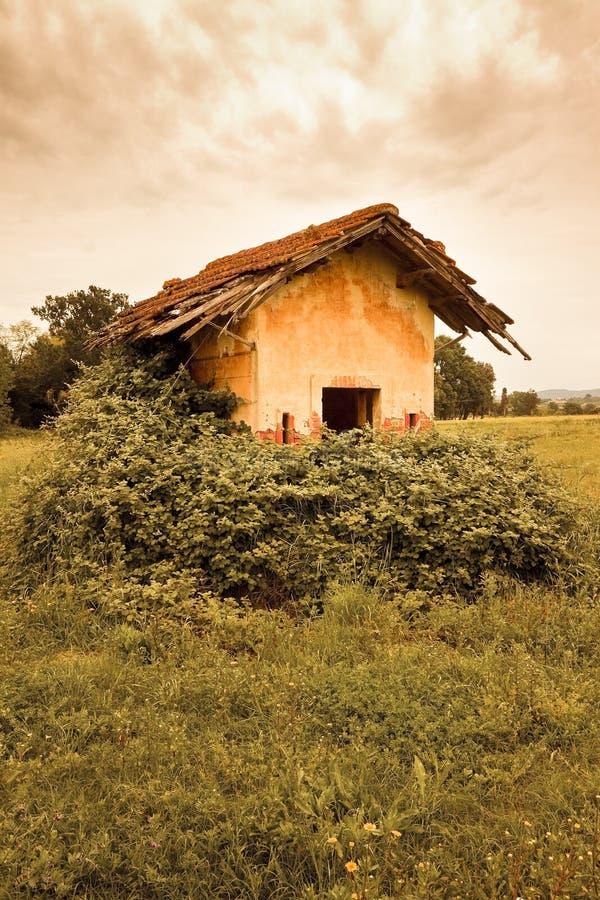 Oude verlaten landbouwbedrijfstructuren van de 19de eeuw - gestemd beeld stock afbeeldingen