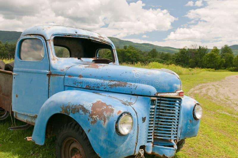 Oude verlaten landbouwbedrijfvrachtwagen royalty-vrije stock afbeelding