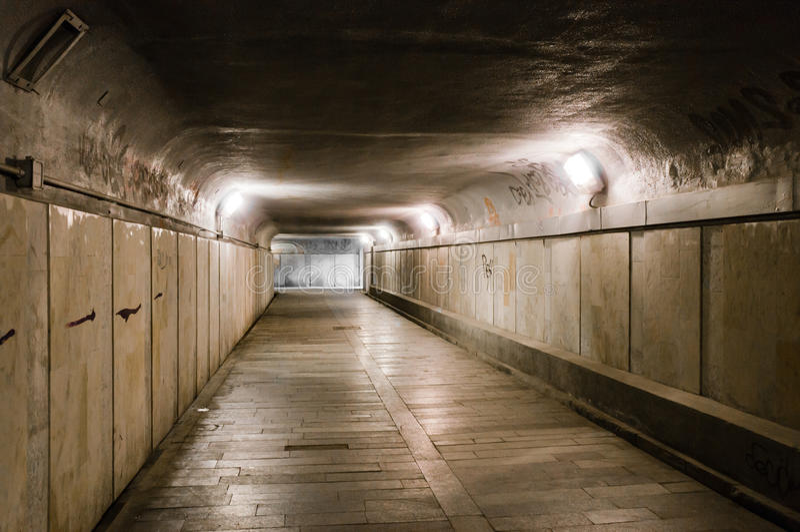 Oude verlaten ondergrondse tunnel royalty-vrije stock foto