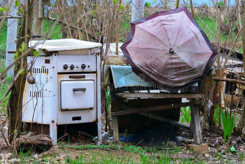 Oude verlaten onnodige dingen stock afbeelding