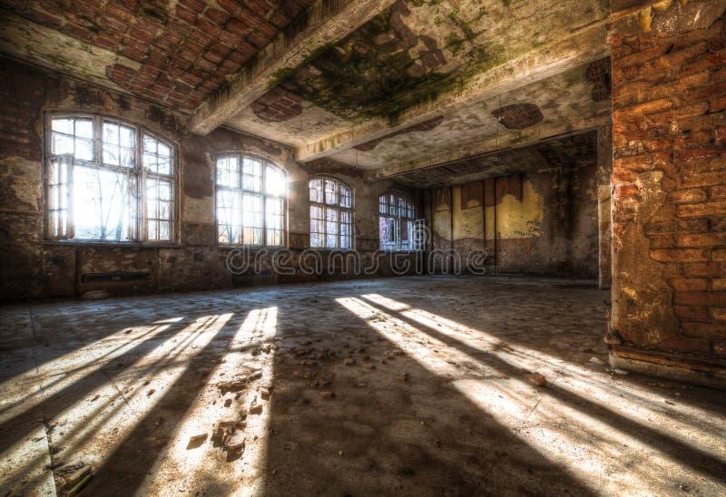 Oude verlaten ruimte stock foto