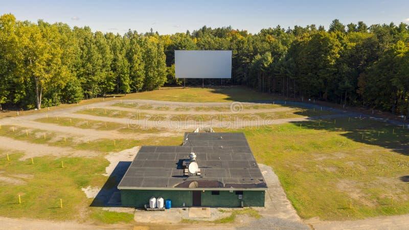 Oude verlaten schijf in bioscoopSnack Bar voor bioscopen vanuit het luchtperspectief stock afbeelding