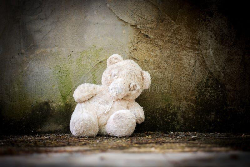 Oude verlaten teddybeer stock foto's