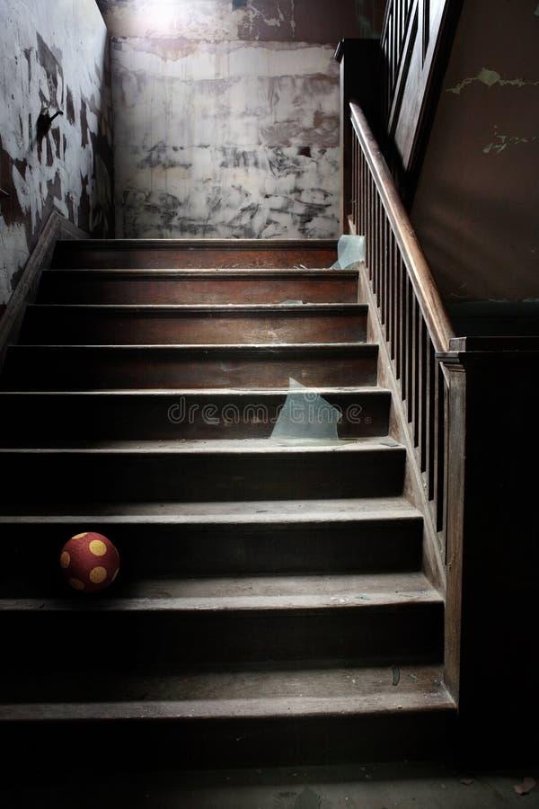Oude verlaten treden met gebroken glas en een bal royalty-vrije stock foto's