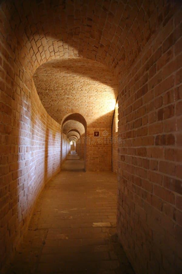 Oude verlaten tunnel in vesting royalty-vrije stock foto