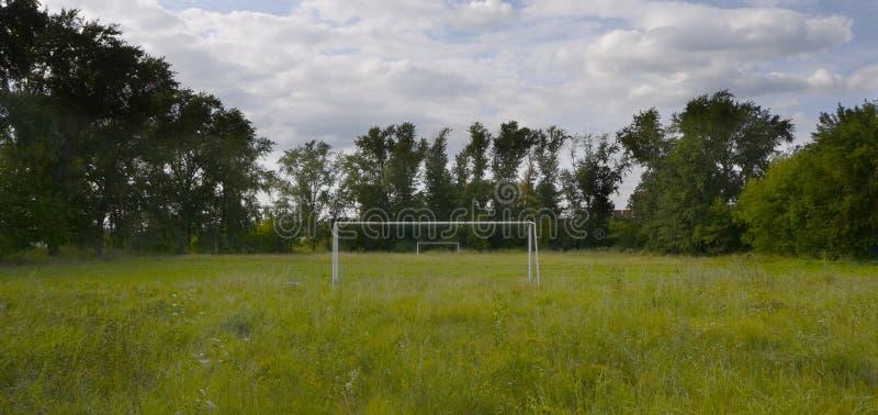 Oude verlaten voetbalveld royalty-vrije stock afbeelding