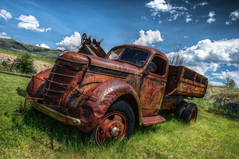 Oude verlaten vrachtwagen royalty-vrije stock afbeelding