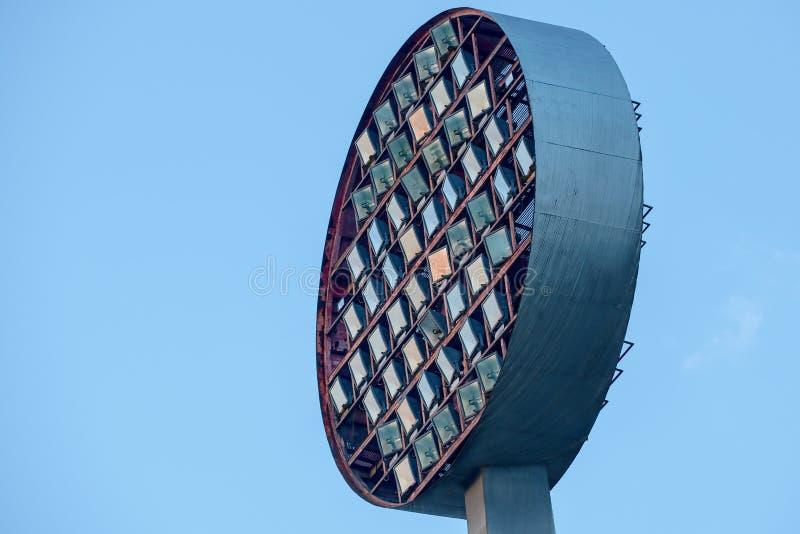 Oude verlichting van het voetbalstadion bij schemer royalty-vrije stock afbeelding