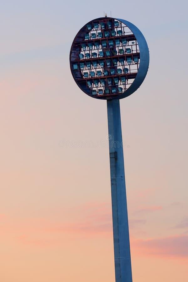 Oude verlichting van het voetbalstadion bij schemer royalty-vrije stock afbeeldingen