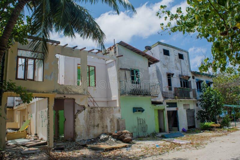Oude vernietigde verlaten die gebouwen bij het tropische eiland van Villingili worden gevestigd royalty-vrije stock fotografie