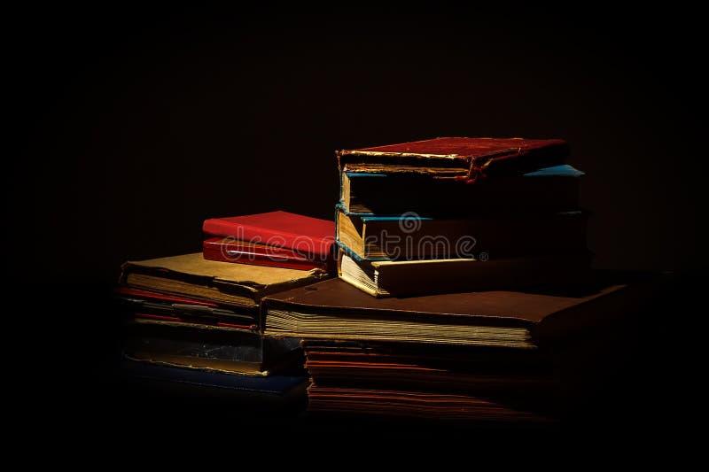Oude versleten boeken op zwarte royalty-vrije stock afbeeldingen
