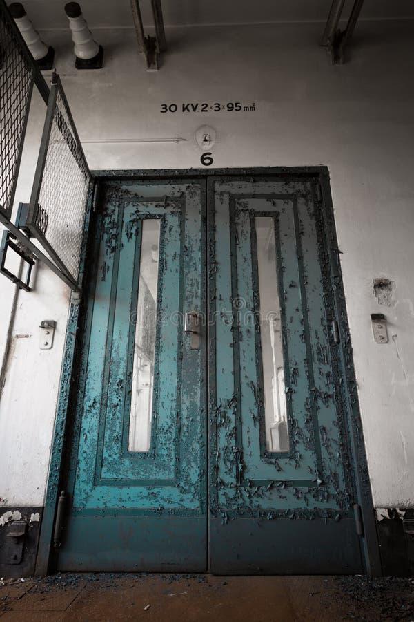 Oude, versleten, geschilderde deur royalty-vrije stock afbeeldingen