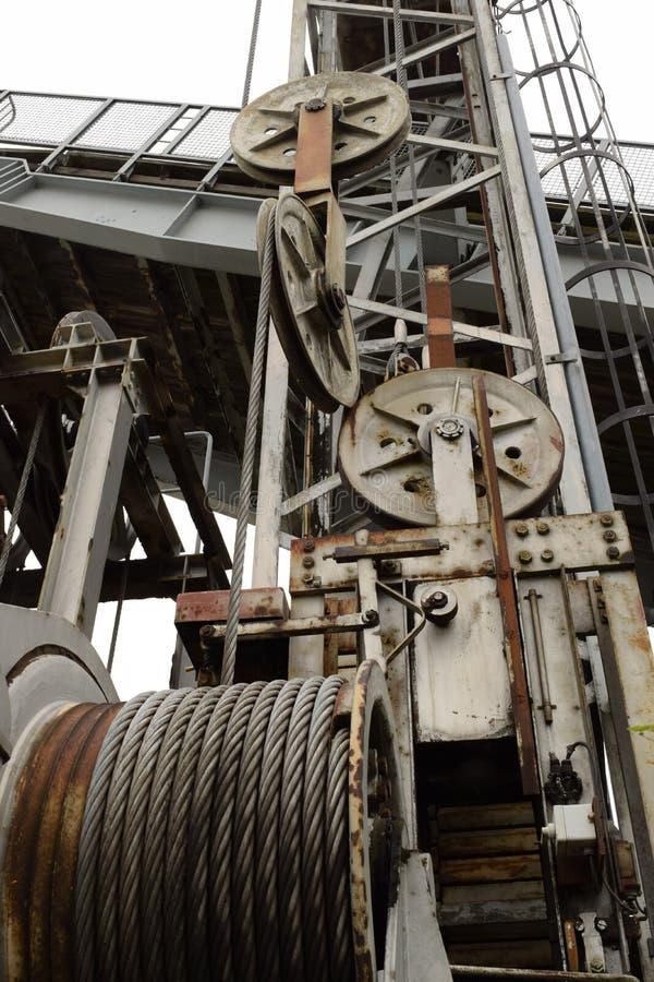 Oude versleten veerbootmisstap met staalkabels en wielen stock fotografie