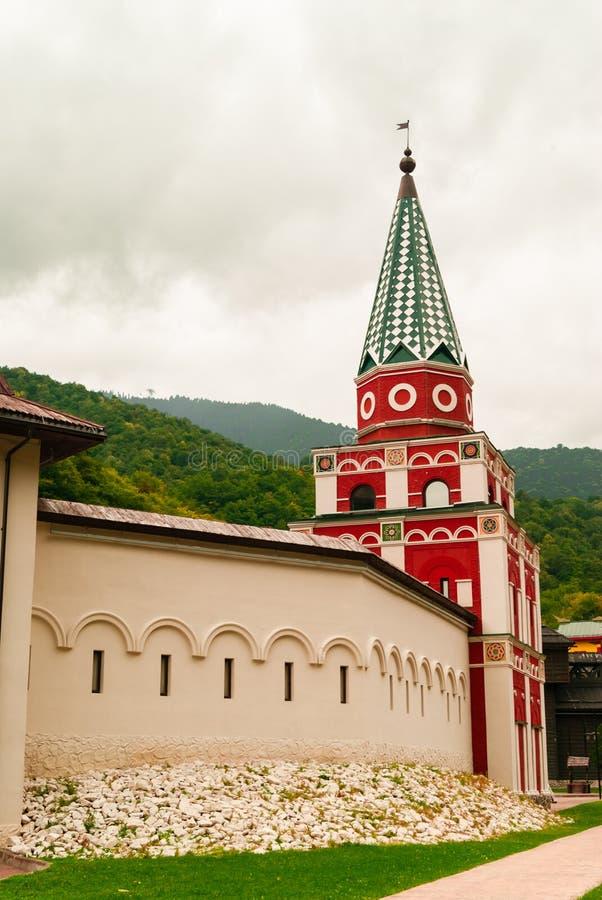 Oude vestingstoren in oude Russische stijl stock foto