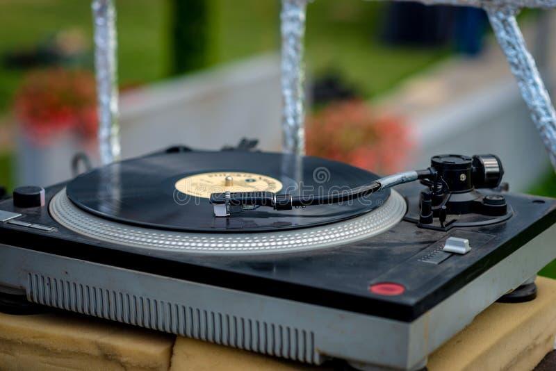 Oude vinylplatenspeler bij de tuinpartij - beeld stock foto