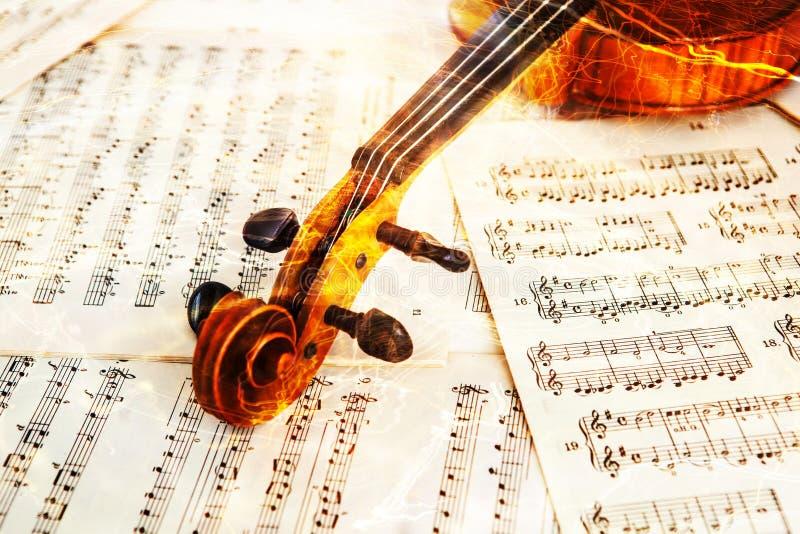 Oude viool die op het blad van muziek liggen stock afbeelding
