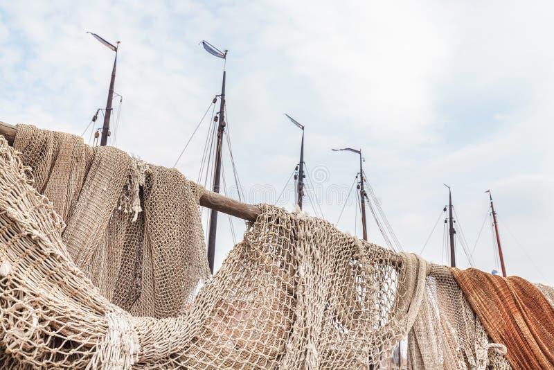 Oude visnetten in de haven van het Nederlandse dorp van Urk stock afbeelding