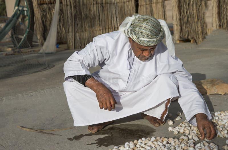 oude visser die overzees organiseren chells stock afbeelding
