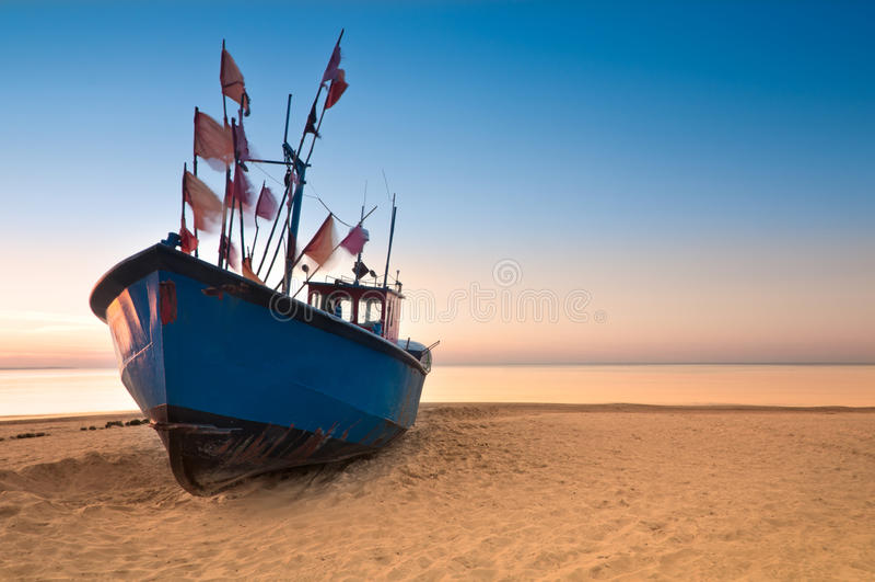 Oude vissersboot op de Oostzeekust royalty-vrije stock foto