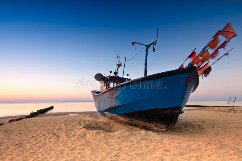 Oude vissersboot op de Oostzeekust royalty-vrije stock afbeeldingen